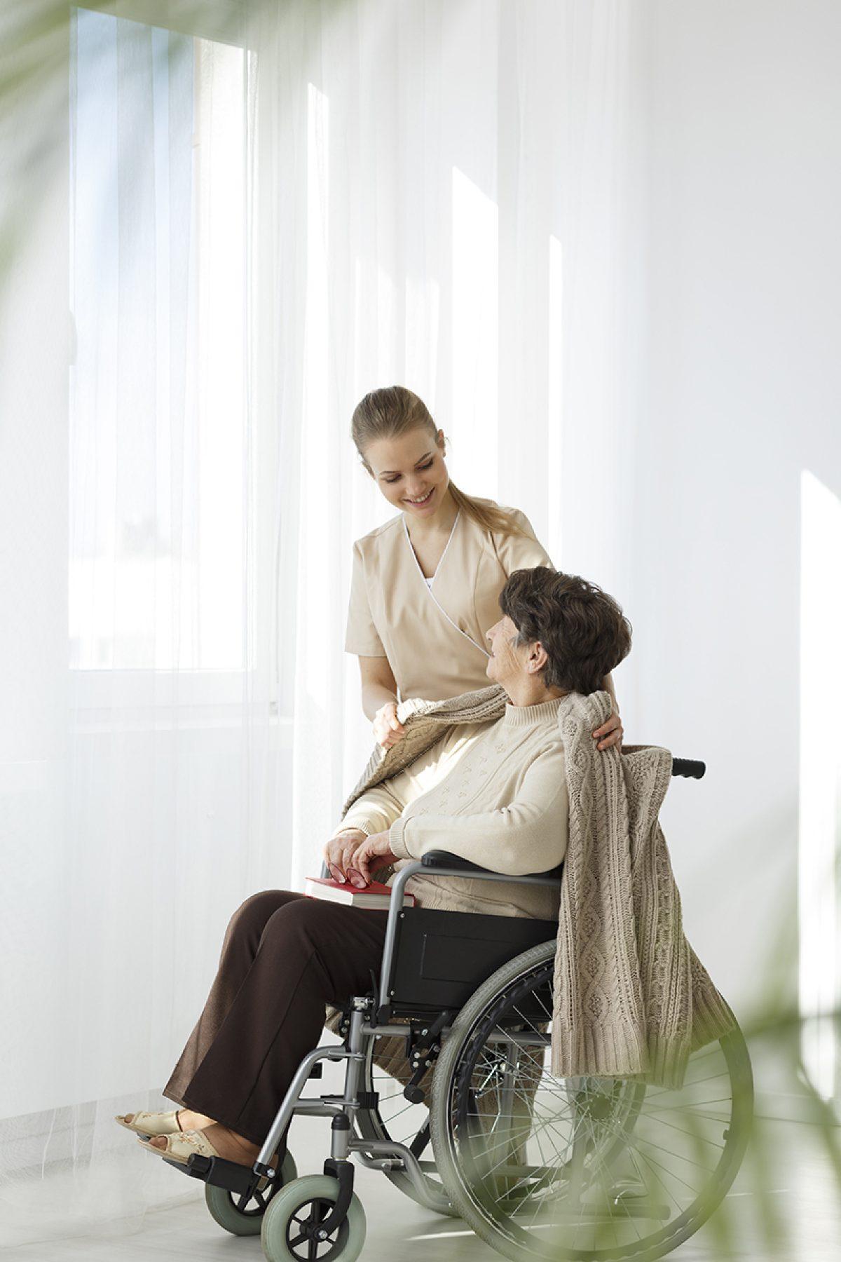 Nurse covering lady with blanket PNU3 AFM